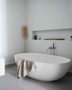 36 Fascinating Minimalist Bathroom Decoration Ideas - Bathrooms with sleek, minimalistic styling are one of the latest bathroom trends and there are a wide variety of contemporary bathroom products now av. Bathroom Trends, Bathroom Renovations, Home Remodeling, Bathroom Ideas, Bad Inspiration, Bathroom Inspiration, Retro Home Decor, Cheap Home Decor, Bathroom Interior Design