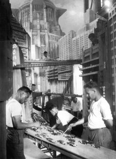 Set designers constructing a futuristic city scene in miniature for Fritz Lang's film Metropolis Metropolis Fritz Lang, Metropolis 1927, Film D'action, Film Stills, Iconic Movies, Sci Fi Movies, Greatest Movies, Famous Movies, Scene Photo