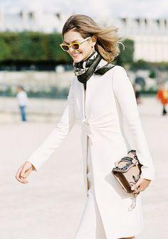 Le foulard : toujours pendu à votre cou : sur un total look blanc