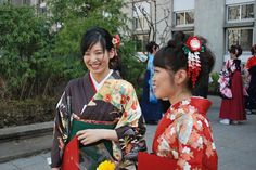 My friend (the right, wearing red-white-and-pink kimono) is wearing a kanzashi I made for her. Graduation in Japan. Tsumami Kanzashi in action. Japanese Outfits, Japanese Fashion, Japanese Kimono, Japan Travel, Hair Pins, Red And White, Graduation, In This Moment, Eyes
