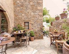 Γυρίσαμε μερικά από τα πιο διάσημα μέρη της Πελοποννήσου και εντοπίσαμε 8 υπέροχα καταλύματα στα οποία δεν θα δώσετε πάνω 55 ευρώ για ένα προσεγμένο δίκλινο δωμάτιο. Δείτε τα και κάντε την κράτηση σας. Cafe Bar, Where To Go, Greece, Places To Visit, Restaurant, Patio, Traditional, Outdoor Decor, Yards