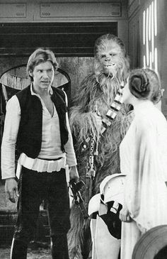 Star Wars - Harrison Ford as Han Solo, Chewbacca, and Carrie Fisher as Princess Leia. Never seen this image before. Film Star Wars, Star Wars Episoden, Harrison Ford, Star Wars Episodio Iv, Por Tras Das Cameras, Alec Guinness, Sergio Leone, Han And Leia, Westerns