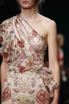Alexander McQueen Spring 2016 Ready-to-Wear Accessories Photos - Vogue Haute Couture Style, Couture Mode, Couture Details, Fashion Details, Couture Fashion, Runway Fashion, Fashion Design, Fashion Beauty, Moda Fashion