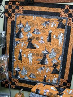 Love the corners! This is the Bouncing Borders quilt pattern from bean counter Quilts. Halloween Quilt Patterns, Halloween Quilts, Halloween Fabric, Halloween Sewing, Halloween Projects, Fall Halloween, Fall Sewing, Halloween Table, Samhain