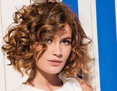 Do you like your wavy hair and do not change it for anything? But it's not always easy to put your curls in value … Need some hairstyle ideas to magnify your wavy hair? Haircuts For Curly Hair, Curly Hair Cuts, Permed Hairstyles, Short Curly Hair, Wavy Hair, Easy Hairstyles, Curly Hair Styles, Female Hairstyles, Medium Curly