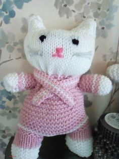 kitty om zelf te breien gratis patroon   breipatroon knuffel kat   Creatief breien? Knitted Dolls, Knit Crochet, Hello Kitty, Dinosaur Stuffed Animal, Teddy Bear, Om, Knitting, Cats, Animals