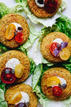 Burger di lupini e zucchine con salsa di semi di canapa e aneto // Lupini beans + zucchini burgers with hemp dill sauce