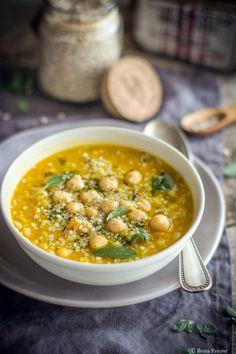 La zuppa di orzo e ceci è un primo piatto nutriente a base di orzo perlato, ceci, zucca, spezie ed erbe aromatiche fresche.