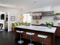 Contrast between wood and marble for kitchen