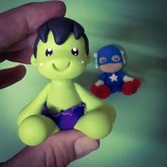"""Tiquinho""... ♡  #hulk #incrediblehulk #incrivelhulk #capitainamerica #capitaoamerica #avengers #vingadores #superherois #superhero #caketopper #topodebolo #miniatura #airdryclay #biscuit #biscuitdapati #porcelanafria #porcellanafredda #figure"