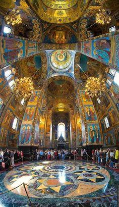 Interior de la Iglesia del Salvador de San Petersburgo, Rusia.