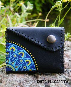 Hand painted leather purse. Monedero de cuero pintado a mano por Evita Pulgarcita