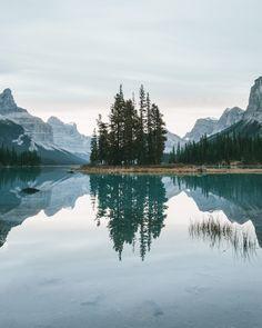 Nᴀᴛᴜʀᴇ EᴀʀᴛʜTʀᴀᴠᴇʟ ~Sᴀʏᴅᴀᴍ Sᴏʏ: Have a great day 🙋 Wonderful photo by 👏 Alberta Dark Fantasy, Beautiful World, Beautiful Places, Landscape Photography, Nature Photography, Landscape Photos, Destinations, Photo Deco, Kayak