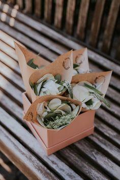 Wurfblumen für die Blumenkinder in Papiertüten - einfach bestempeln und fertig! Schlicht, günstig und schnell gemacht. #DIY #blumenkinder #hochzeit #idee #blumenmädchen #kraftpapier #natürlich Marcel, Wedding, Instagram, Kraft Paper, Invitations, Nature, Simple, Valentines Day Weddings, Weddings