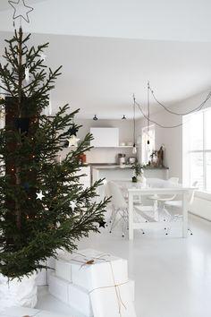 foto © elisabeth heier Da jeg var liten pyntet vi ikke treet før utpå kvelden lille julaften, og...