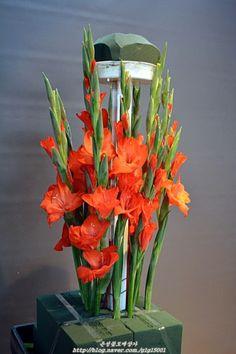 Altar Flowers, Love Flowers, Fresh Flowers, Boquet, Arte Floral, Floral Arrangements, Glass Vase, Floral Design, Plants