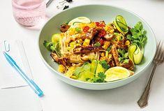Asijská jídla jsou hit. Ne každý je však umí doma dobře připravit. Tenhle recept je ovšem i pro začátečníky. Zvládnete jej udělat do půlhodinky a na stole pak máte chutné, výživné a přitom lehké jídlo, které navíc ještě úžasně voní. Pasta Salad, Pesto, Ethnic Recipes, Food, Crab Pasta Salad, Essen, Meals, Yemek, Eten