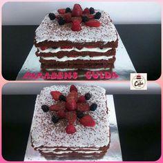 Bolo Naked Cake, para a Guida que fez 51 anos. Bolo de chocolate com recheio de curd de frutos silvestres, mascarpone morangos, amoras e framboesas. Cobertura de mascarpone, morangos, amoras, framboesas e raspas de chocolate. #carinaecake #nakedcakes #chocolates #strawberries #blackberries #cakedesigner #bolosdecorados #bday #bolinhosamedida #happybirthday #happybday #lovely #welcomefriends