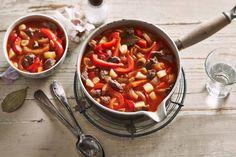 IJzige winterdagen schreeuwen om stevige kost. Zet dus een flinke pan goulashsoep op het vuur. Kruidig, vullend, lekker - Recept - Allerhande