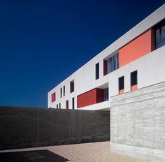 Modulación, precisión y orden de la mano de Landínez + Rey Arquitectos | NAN Construcción Rey, How To Plan, Facades, Architecture, Madrid, Colorful, School Architecture, Architectural Firm, Modern Architecture