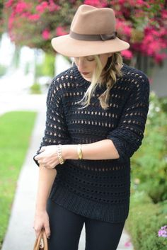 tan fall hat & all black outfit