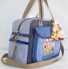 Bolsa maternidade.Trabalhada no patchwork no tema arca de noé www.puppen.com.br Divisórias internas e laterais com suporte para mamadeiras.