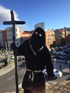 Intervenciones efímeras en la ciudad de león (España) realizadas con pequeñas siluetas de papones (llamados en otras ciudades cofrades o nazarenos)