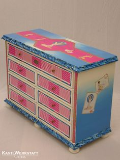 Pinup-Kastl - Kommode mit Decoupage-Pinup-Motiven Pinup, Decorative Boxes, Home Decor, Dresser, Upcycled Crafts, Homemade Home Decor, Decoration Home, Decorative Storage Boxes, Interior Decorating
