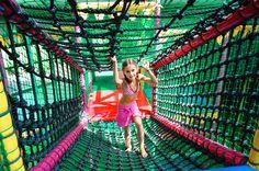 Klimmen in het indoor speelpaleis. Fair Grounds, Park, Fun, Travel, Viajes, Parks, Destinations, Traveling, Trips