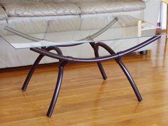 Mesa com tampo de vidro e base em cano de pvc. Reciclagem de material de construção com design.