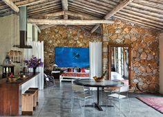 A cozinha é demarcada por um balcão de itaúba maciça (3,76 x 0,70 m, execução da Palapa), no qual se instalou um cooktop (Bosch).