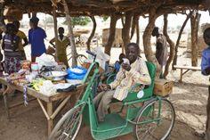 Auf dem Handdreirad fährt Bangri zum Großmarkt, um Waren für seinen Stand in #Moaga zu besorgen.  Credit: Aleksandra Pawloff. #Inklusion #CBR #BurkinaFaso Cbr