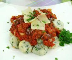 Špenátové knedlíčky s rajčatovou omáčkou Caprese Salad, Bruschetta, Food And Drink, Vegetarian, Healthy, Ethnic Recipes, Fit, Brie, Gnocchi