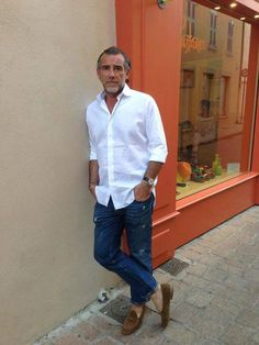 """sartorialjohnnyboy: """"The legend that is Mr Alessandro Squarzi … """" Fashion For Men Over 50, Mature Fashion, Older Mens Fashion, Der Gentleman, Gentleman Style, Style Casual, Men Casual, Classic Style, Suits And Sneakers"""