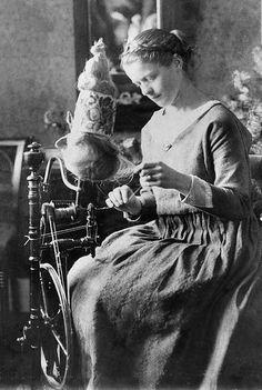Rok. Kvinde af borgerskabet i færd med at spinde garn i København omkring år 1900.