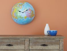 Half Globe Clock for kids room. Dishfunctional Designs: How To Upcycle Thrift Shop Finds Into Trendy Home Decor Old Globe, Globe Art, Globe Projects, Diy Projects, Thrift Shop Finds, Vintage Globe, Trendy Home Decor, Diy Clock, Diy Wall