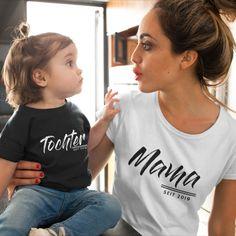 Junge Familie mit einem klassischen Shirt Design macht immer einen guten Eindruck. Und man braucht dann auch nicht jedem erklären, wie alt man schon ist… Ist dein Kind ein anderer Jahrgang? Kein Problem, schick uns eine Email und wir passen die Produkte gerne  für dich an! 😉