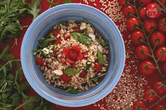 L'insalata di farro e orzo estiva è un'idea fresca e leggera per preparare questi due cereali ricchi di fibre e poveri di grassi.