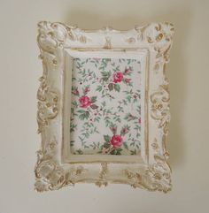 Para compor a decoração de um cantinho especial em sua casa!  Moldura provençal com pátina ouro e tecido floral 100% algodão. Medidas: 12cm comprimento x 15cm altura   Na última foto, você vai ver uma sugestão para utilizar os quadros: QUADRO PROVENÇAL ROMÂNTICO 1 - R$19,50 QUADRO PROVENÇAL ROMÂNTICO 2 - R$21,50 QUADRO PROVENÇAL ROMÂNTICO 3 - R$16,50 QUADRO PROVENÇAL ROMÂNTICO 4 - R$16,50  DESCONTO: na compra dos 4 quadros você ganha um desconto: de R$74,00 por R$70,00 R$ 19,50