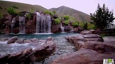 Com um investimento milionário, uma piscina em Springville, Utah, nos Estados Unidos, reúne o melhor de dois mundos: o natural e o artificial, tudo em prol da diversão, é claro. São cinco cachoeiras, uma montanha artificial de 90 metros de altura, um tobogã, um rio lento, uma gruta e um túnel profundo o suficiente para fazer mergulho.