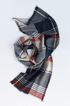 カシミヤ単糸マフラー Fabric Photography, Gentlemen Wear, Sarongs, Woven Scarves, Textiles, Long Scarf, Color Trends, Fasion, Plaid Scarf