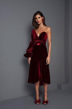Get inspired and discover Johanna Ortiz trunkshow! Shop the latest Johanna Ortiz collection at Moda Operandi. Runway Fashion, Fashion Show, Fashion Design, Latest Fashion, Dress Skirt, Dress Up, Gown Dress, Estilo Cool, Velvet Fashion