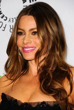 Sofia Vergara.To get these casual waves, follow these directions: Wash hair and then blowdry hair straight.    Spray hair with a heat-protecting spray. Separate hair into 2 or 3 sections.Starting with one section, wrap a 2-inch thick section of hair around a large-barrel curling iron.    With the next section wrap hair and curl in the opposite direction of the previous curl. This will help make waves look more natural. Let waves cool and finger style, spritz with hairspray.