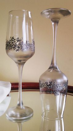 Set of 2 hand painted champagne flutes Lace of clovers in silver Wedding Wine Glasses, Wedding Flutes, Decorated Wine Glasses, Painted Wine Glasses, Painting Glass Jars, Glass Art, Bottle Art, Bottle Crafts, Jar Art