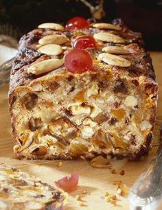 Recipe Christmas bread with dried fruits and spices for 4 people - GRAND FR . Christmas Bread, Christmas Desserts, Christmas Recipes, Banana Dessert Recipes, Cake Recipes, Bread Recipes, Savoury Cake, Mini Cakes, Sweet Recipes
