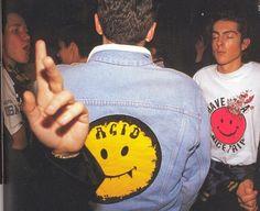 """Símbolo do estilo musical """"Acid House"""", estilo musical mais ouvido nas Raves. """"Acid"""" - devido ao consumo de drogas que acontecia nestas festas. """"House"""" pois era o estilo musical mais passado nas raves"""