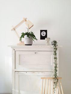 De strakke designlamp staat mooi in combinatie met een vintage kastje. Fijn plaatje van woonblogger @lisannevdklift! #muuto #scandinavian