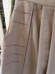 Delantales tradicionales realizados con telas de lino, combinando puntillas de diferentes estilos: valencie, bolillo, bordado.......y uno de ellos simplemente con vainicas hechas a mano