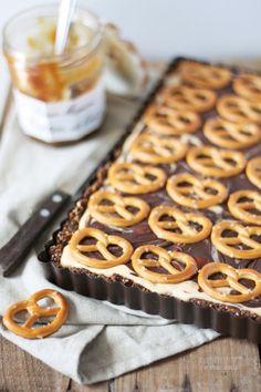 No-bake-Schokoladen-Brezel-Tarte mit Erdnussbutter und Karamell