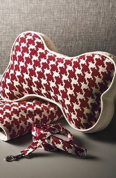 Adorned with a classic houndstooth pattern, this three-piece accessory set makes a great gift for the pets and pet owners on your list.